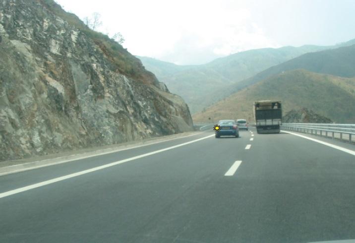 Rruga ka dy shirita të trafikut në një kah të lëvizjes. A ju lejohet tejkalimi në kthesa të padukshme?