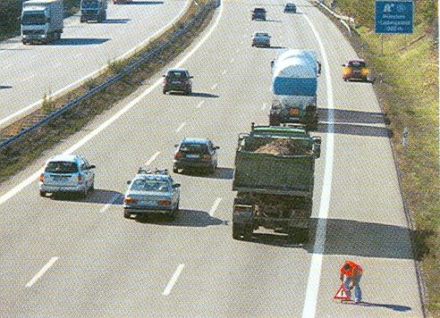 A duhet vendosur trekëndëshin e sigurisë pas automjetit të ndalur në defekt në autoudhë?