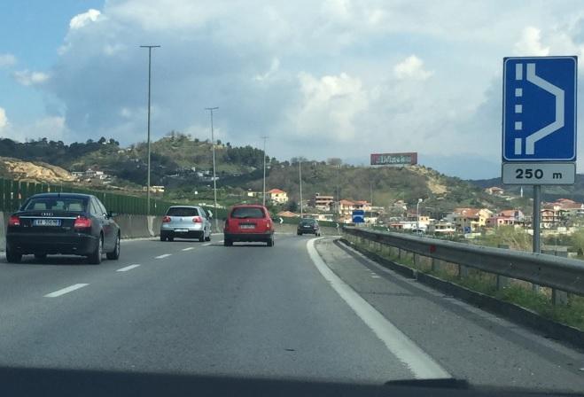 Çfarë paralajmëron shenja e trafikut në këtë situatë?
