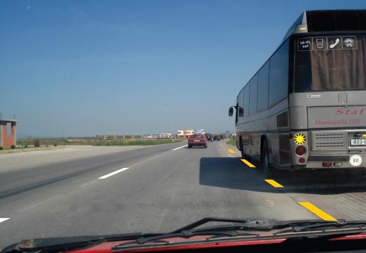 Autobusi hyn në shiritin e trafikut nga vendndalja e autobusit jashtë zonës urbane. Çka duhet të keni parasysh në këtë situatë?