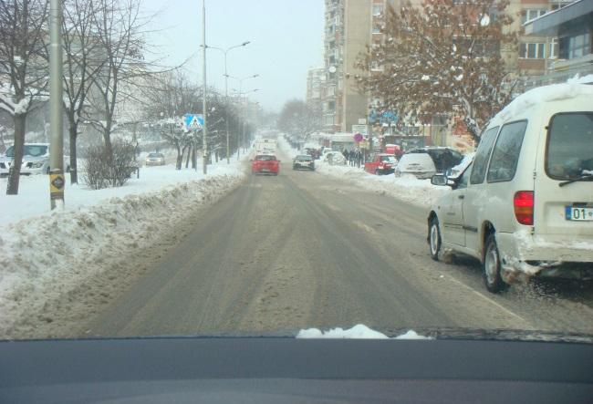 Pse distanca e sigurisë duhet të jetë më e gjatë gjatë lëvizjes në rrugë me borë?