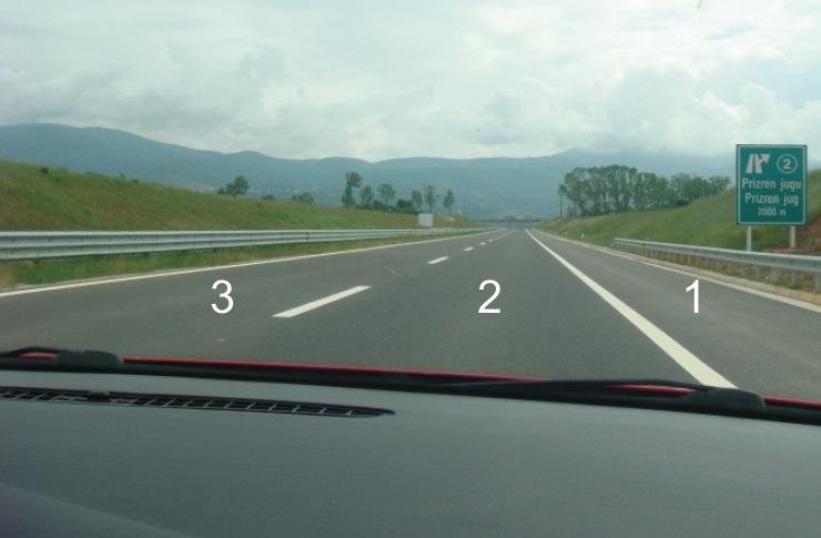 Gjatë lëvizjes në autoudhë si në këtë situatë, nëpër cilin shirit të trafikut duhet të lëvizni?