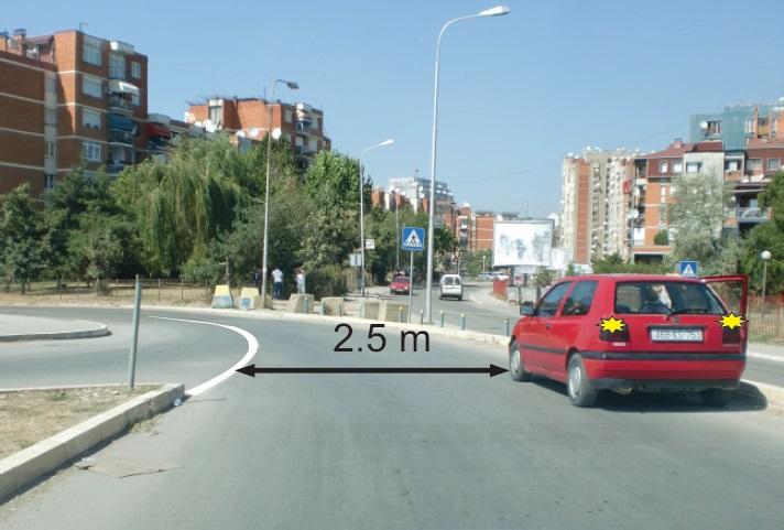 Shoferi e ka parkuar automjetin e udhëtarëve (veturën) në situatën si në foto. Si e vlerësoni këtë veprim?
