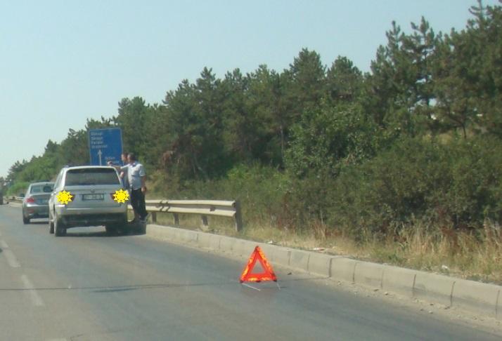 Jashtë zonës urbane në rrugën nacionale e keni ndalur mjetin për shkak defektit. Çfarë kujdesi duhet të keni?