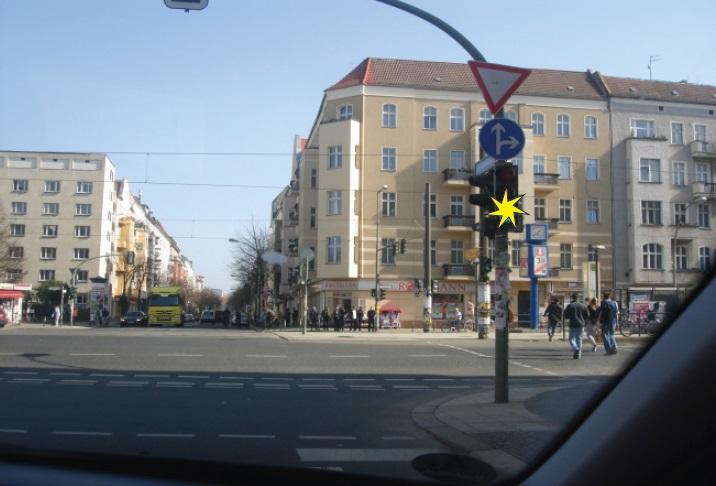 Në semafor ndriçon drita e verdhë vezulluese. A ju lejohet kthimi djathtas?