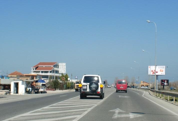 A lejohet ndalja ose parkimi i automjetit në fushën për orientimin e trafikut rrugor?