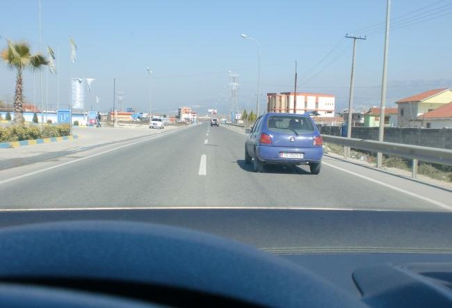 Si duhet vepruar shoferi i automjetit të udhëtarëve (veturës), deri sa jeni duke e tejkaluar?