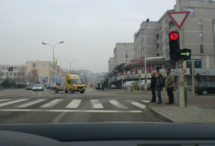 Në semafor është e ndezur shigjeta e gjelbër. A ju lejohet lëvizja në këtë situatë?
