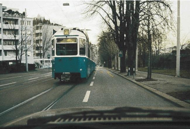 A ju lejohet tejkalimi i tramvajit në këtë situatë?