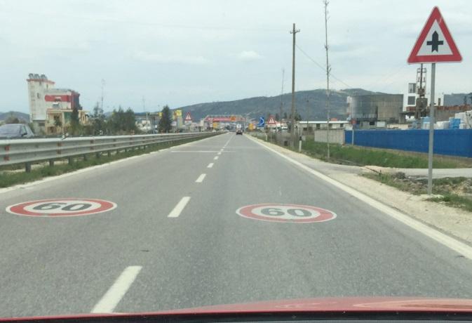 Çka paraqesin shenjat e trafikut dhe shenjat në rrugë në këtë situatë?