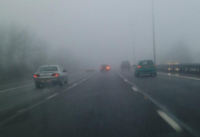 Çfarë kujdesi duhet të keni gjatë ngasjes në kushte të vështira atmosferike, nëpër mjegull?
