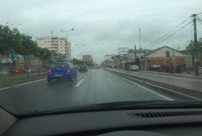 Cilat janë rreziqet e mundshme gjatë ngasjes si në këtë situatë (me shi)?