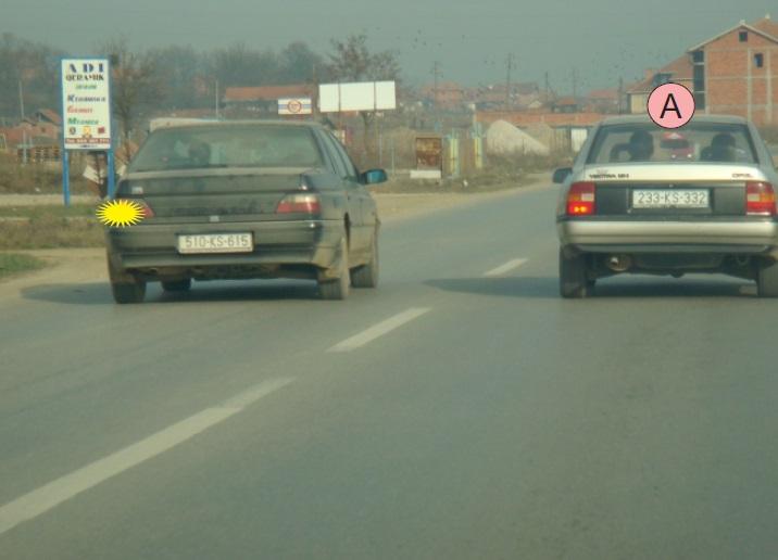 Si duhet të veprojë shoferi i automjetit A, kur është duke u tejkaluar nga automjeti tjetër?