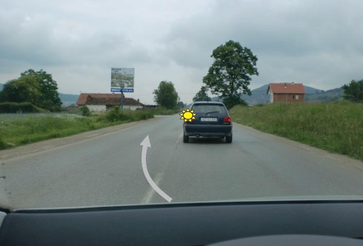 Automjeti para jush ka dhënë treguesin e drejtimi për t'u kthyer majtas. A ju lejohet tejkalimi në këtë situatë?