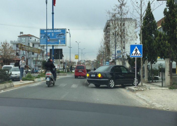 Shoferi i automjetit të udhëtarëve hyn në trafik duke lëvizur prapa. Si e vlerësoni këtë situatë ?