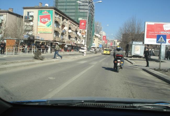 A ju lejohet tejkalimi i motoçikletës në këtë situatë?