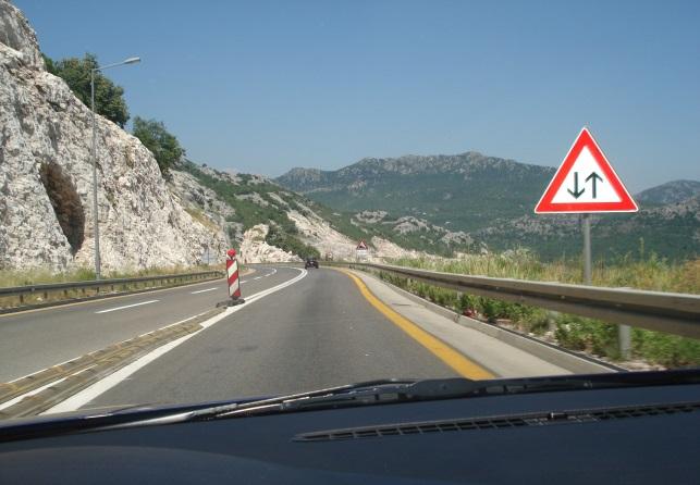 Çka lajmëron shenja e trafikut në këtë situatë?