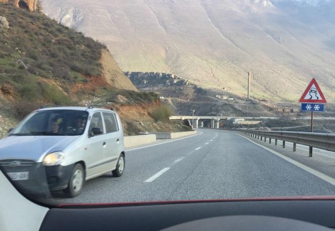 Çfarë kujdesi duhet të keni gjatë ngasjes së automjetit në këtë situatë?