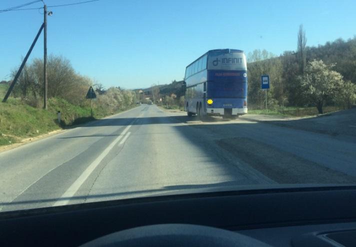 Çka duhet të keni parasysh gjatë ngasjes jashtë zonës urbane (autobusi ka sinjalizuar për hyrje në shiritin e trafikut), në situatën si në foto?