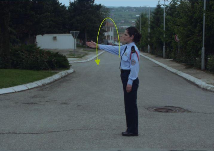 Çfarë domethënie ka shenja e dhënë nga polici si në foto?