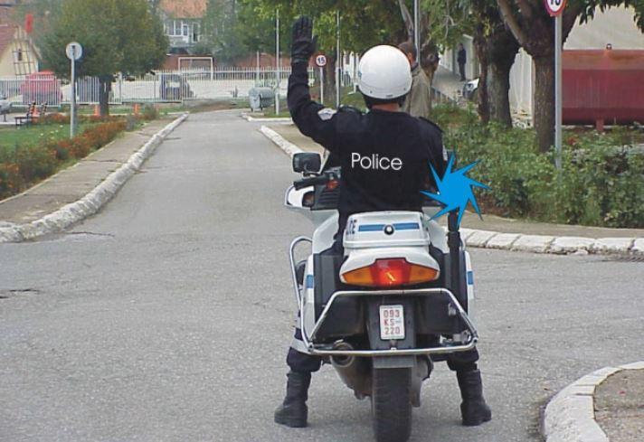A duhet të respektojnë shenjën e dhënë nga polici të gjithë pjesëmarrësit në trafik?