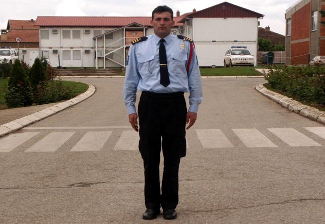 Çfarë domethënie ka pozita e policit si në foto?