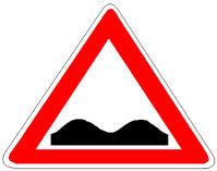 Sinjali në figurë paralajmëron një pjerrësi të rrezikshme.