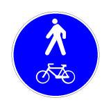 Sinjali në figurë tregon një zonë këmbësore paralel me një rrugë për biçikleta.