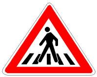 Në prani të sinjalit në figurë ndalohet qëndrimi i mjetit mbi vijat e bardha, pasi bllokohet kalimi i këmbësorëve.
