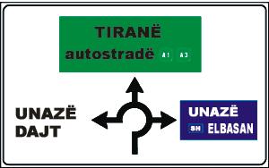 Sinjali në figurë tregon se për të shkuar në Tiranë duhet të kthehemi djathtas në degëzimin e dytë.