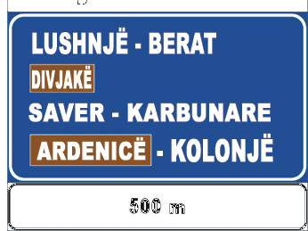Sinjali në figurë tregon se pas 500 m është një dalje e rrugës interurbane, nëpërmjet së cilës shkohet në destinacionet e shënuar në të.