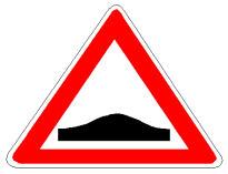 Sinjali në figurë paralajmëron një pjesë rruge që është në ngjitje dhe pastaj në zbritje.