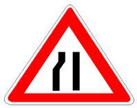 Sinjali në figurë paralajmëron ngushtim të rrugës nga e majta.