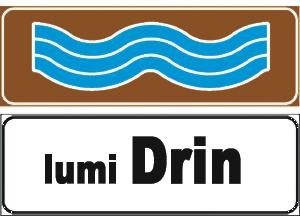 Sinjali në figurë tregon emrin e lumit në afërsi të një ure.