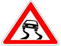 Sinjali në figurë paralajmëron një pjesë rruge, ku fërkimi i gomave me rrugën zvogëlohet në raste shiu apo akulli.