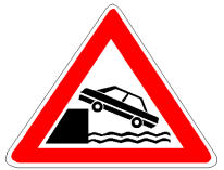 Në prani të sinjalit në figurë drejtuesit e mjeteve duhet të tregojnë kujdes, sidomos natën, pasi rrezikojnë të bien në ujë.