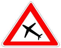 Në prani të sinjalit në figurë duhet të bëni kujdes për shkak të shqetësimit që mund të sjellin fluturimet e avionëve në kuota të ulëta.