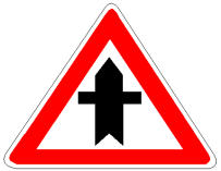 Pas sinjalit në figurë duhet të ulim shpejtësinë dhe të sigurohemi se, mjetet që vijnë majtas ose djathtas, po na japin përparësinë.