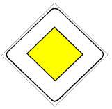 Sinjali në figurë tregon një pjesë rruge që gëzon të drejtën e përparësisë.