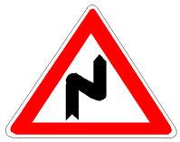 Në prani të sinjalit në figurë lejohet qëndrimi i mjetit edhe në kthesë.