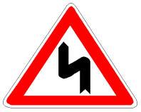 Sinjali në figurë paralajmëron kthesa të rrezikshme dhe të njëpasnjëshme, prej të cilave kthesa e parë është majtas.