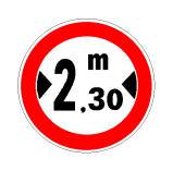 Sinjali në figurë urdhëron ndalim qarkullimi për mjete që janë më të gjerë se 2.3 metra.