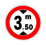 Në prani të sinjalit në figurë lejohet qarkullimi i mjeteve me lartësi deri në 3.5 metra.