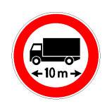 Sinjali në figurë ndalon qarkullimin e mjeteve me gjatësi mbi 10 metra.