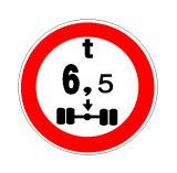 Sinjali në figurë ndalon kalimin e mjeteve që kanë në aksin më të ngarkuar një masë më të vogël se 6.5 tonë.
