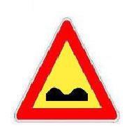 Sinjali si në figurë paralajmëron rrugë të deformuar për shkak të punimeve.