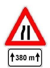 Sinjali në figurë paralajmëron një ngushtim rruge, nga e majta, me gjatësi prej 380 metra.