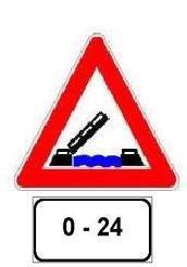 Sinjali i shoqëruar me panelin plotësues, si në figurë, paralajmëron urë të lëvizshme, që është në funksionim 24 orë në ditë.